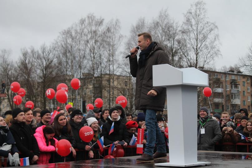 За Навальным в Пскове наблюдали с подъёмных кранов с видеокамерами. Политик собрал в Крестах около 600 псковичей